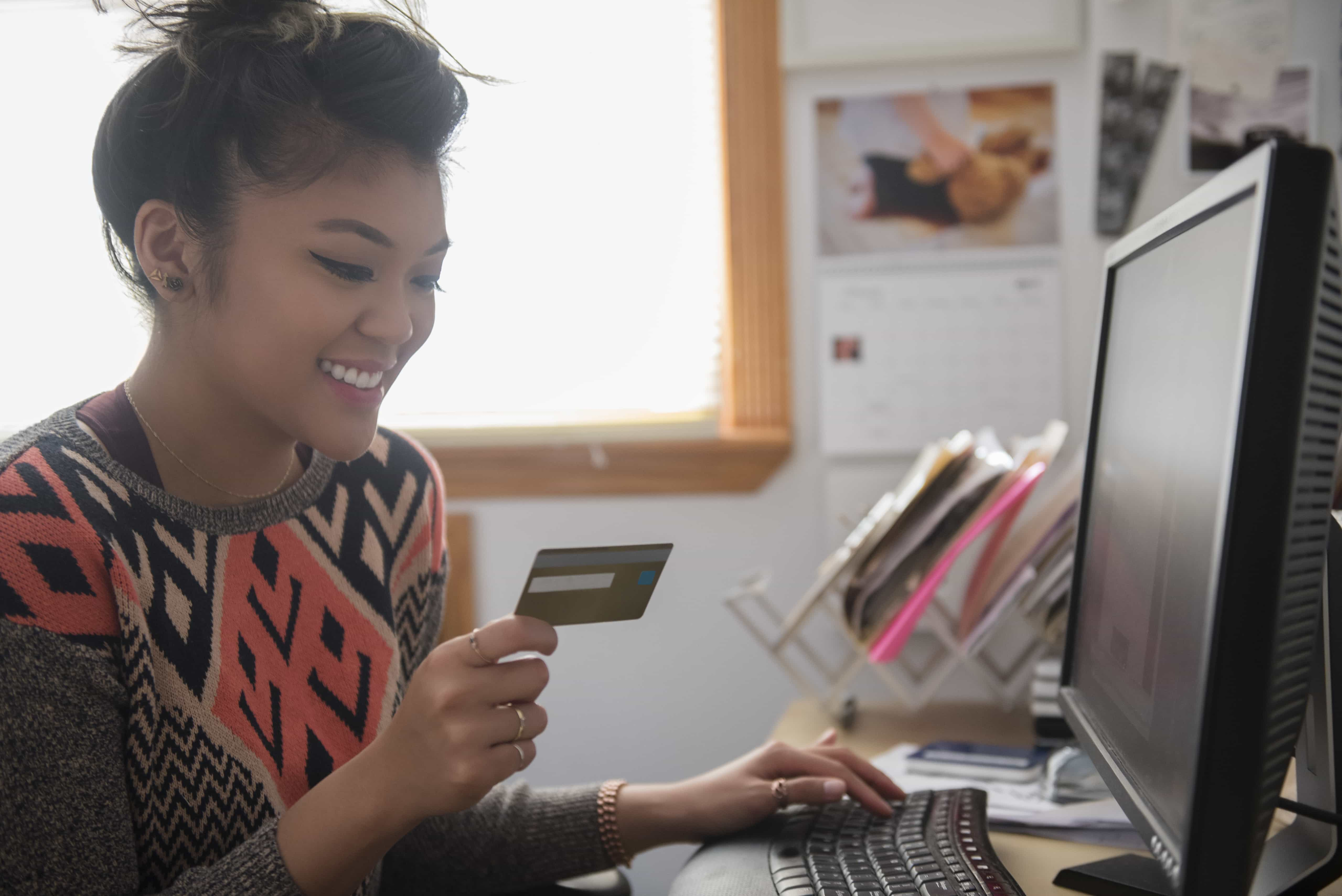 woman using a 0% interest credit card